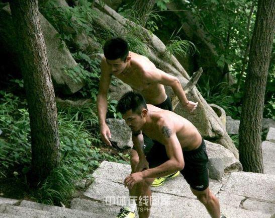 chen-long-dan-lin-dan-sedang-naik-tangga